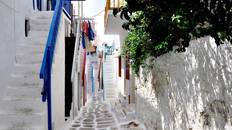 Amazingly lost among whitewashed alleys
